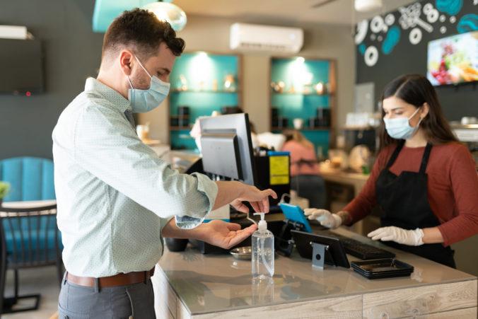 Rakúsko zavádza nové pravidlá, rúška povinné v reštauráciách a maximálne 10 osôb na stretnutiach