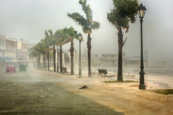 Grécke ostrovy zasiahla búrka so silou hurikánu, cesty zavalili stromy a ľudia zostali bez elektriny (foto+video)