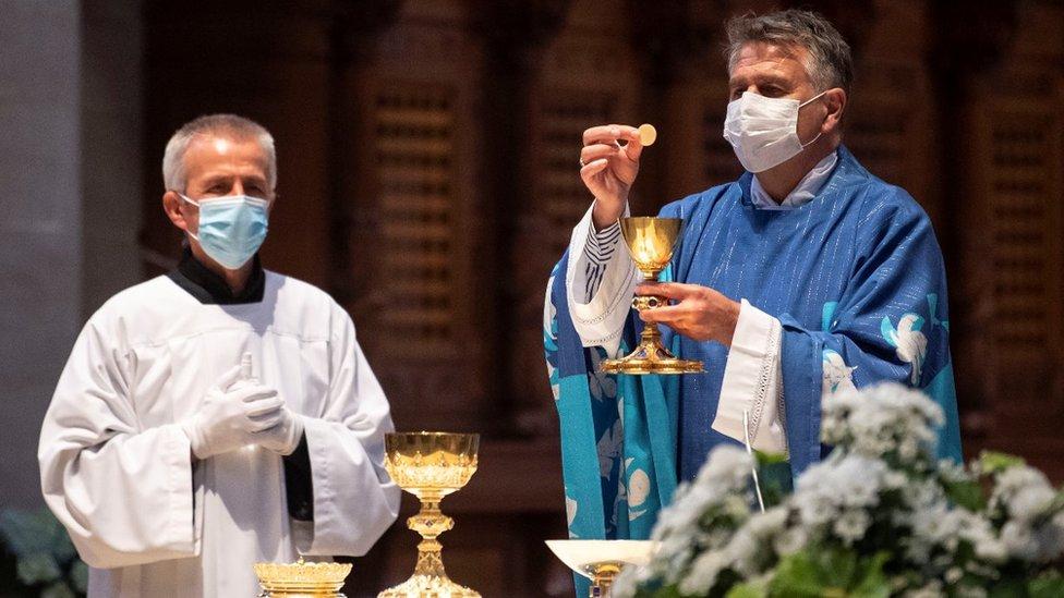 Cirkev odmieta zakázanie omší zo strany štátu, Majerský nechápe uprednostnenie krčiem