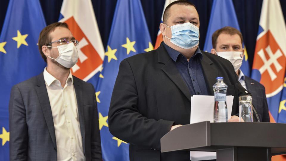 Hlavný hygienik Mikas a minister Krajčí sú kvôli šíreniu koronavírusu v karanténe