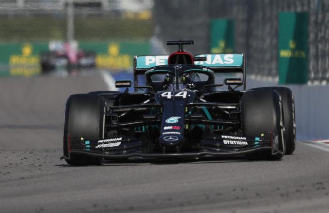 Hamilton doplatil na VC Ruska v Soči na penalizáciu, Schumacherov rekord mu zatiaľ uniká