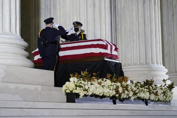 Zosnulej sudkyni Ruth Bader Ginsburgovej prišli vzdať úctu stovky obdivovateľov (video)