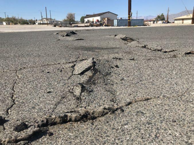 Po lesných požiaroch zasiahlo Kaliforniu zemetrasenie, o život prišlo osem ľudí