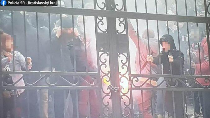 Polícia zistila identitu dvoch mužov z protestu v Bratislave, sú podozriví z ohrozovania mravnej výchovy mládeže