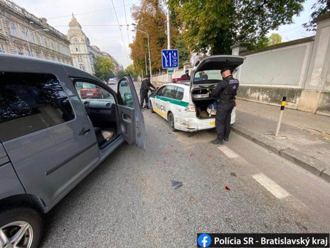 Opitý vodič nabúral do policajného auta, zastavili ho až donucovacie prostriedky (foto)