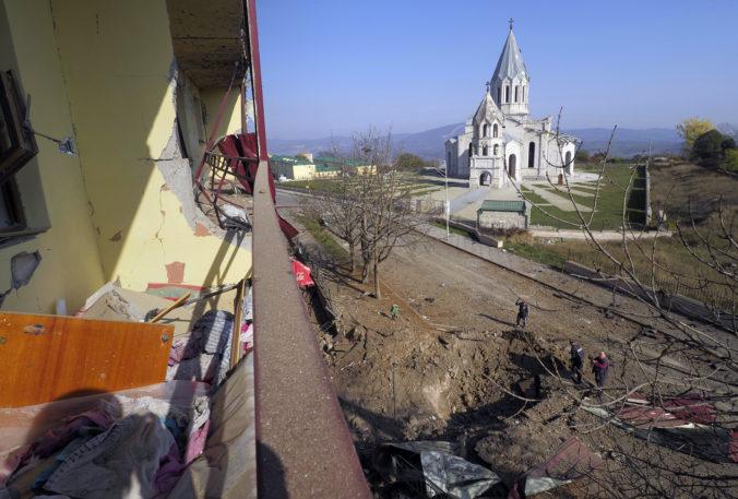 Arménsko a Azerbajdžan iniciujú mierové rozhovory, boje o Náhorný Karabach však neutíchajú
