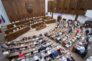 Politické strany už nebudú musieť mať osobitný účet v Štátnej pokladnici, rozhodli poslanci