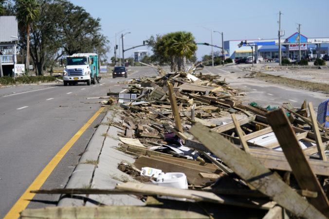 Hurikán Zeta zoslabol v USA na tropickú búrku, zahynuli dve osoby (video)