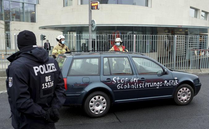 Do brány Merkelovej úradu vrazilo auto, na politikov kričal nápis vrahovia detí a starých ľudí (foto)