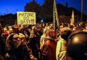 Truhla a pohrebný veniec. Kotlebovci protestovali pred domom Matoviča a žiadali jeho odstúpenie (foto)