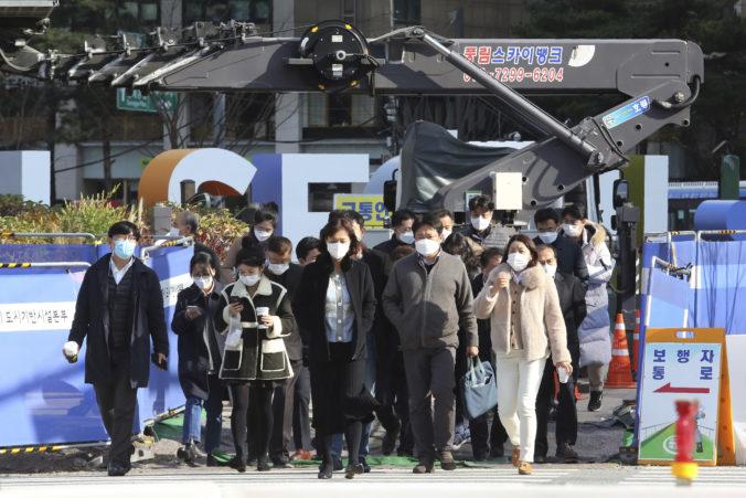 Južná Kórea sprísňuje opatrenia voči koronavírusu, stopku dostali aj koncoročné večierky