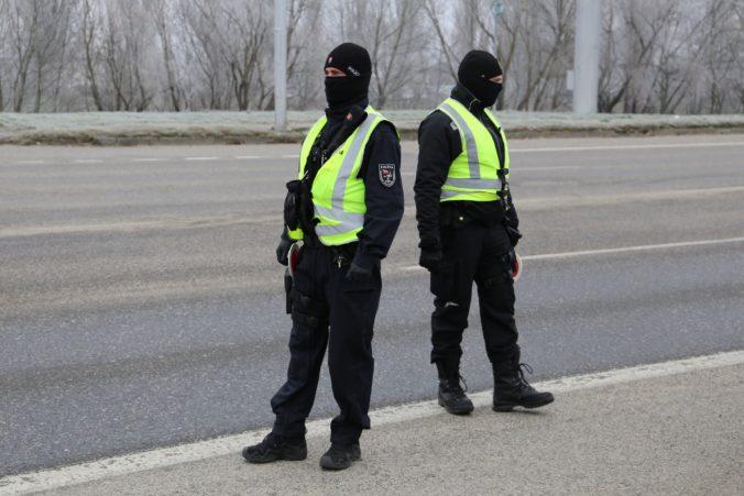 Služobný odev jedného policajta vyjde ministerstvo na viac ako tisíc eur, zabezpečiť musí celý zbor