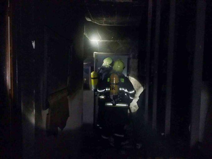 Po požiari našli v dome mŕtveho dôchodcu, žena skončila v nemocnici (foto)