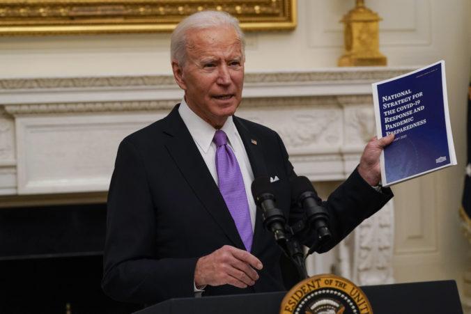 Biden podpísal nariadenia posilňujúce boj proti koronavírusu, Američania budú mať rúška povinné