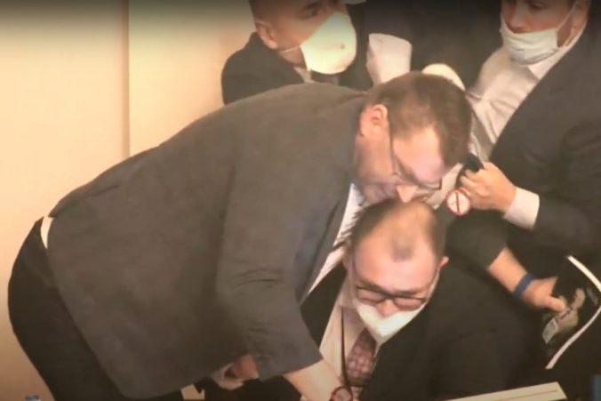Dostaneš flákanec! Počas rokovania o núdzovom stave sa v českom parlamente strhla bitka