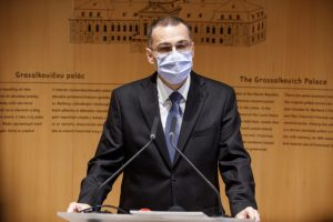 Hlavný hygienik podľa Žilinku výnimkou pre pozitívnych poslancov na COVID-19 porušil zákon