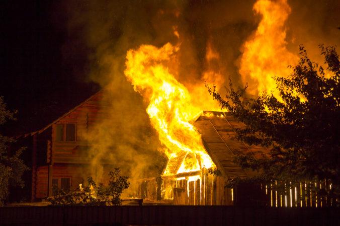 Rodinný dom v Dubnici nad Váhom zachvátil požiar, hasičom komplikovalo prácu počasie