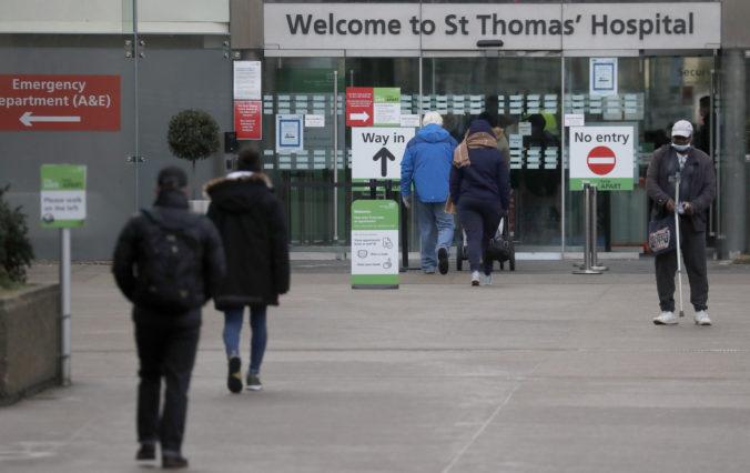 Veľká Británia chce do septembra zaočkovať celú dospelú populáciu, nemocnice sú pod tlakom
