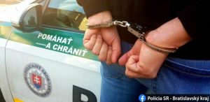 Mladík prepadával dôchodkyne v Trnave, policajti ho chytili na cintoríne