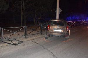 Muž v Poprade prešiel s autom do protismeru a opileckú jazdu zakončil v stĺpe verejného osvetlenia