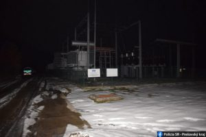 Požiar poškodil elektrickú stanicu v Snine, mesto a okolité obce boli bez elektriny (foto)