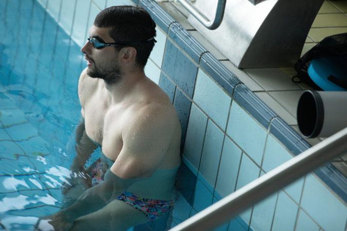 Tomáš Klobučník sa po prekonaní koronavírusu trápi s dychom. Vo vode sa iba kúpe