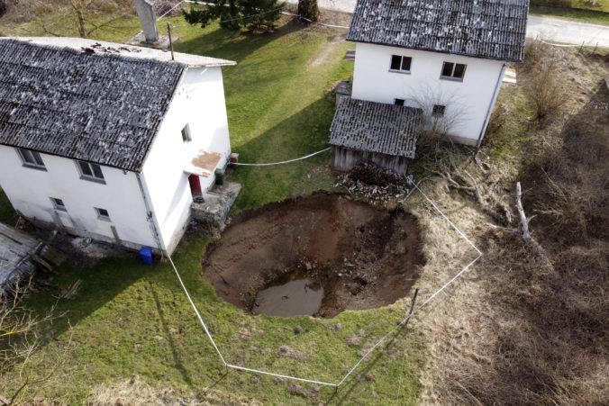 Chorvátsko trápia po zemetrasení desiatky závrtov, úrady vyzývajú ľudí k opatrnosti (video)