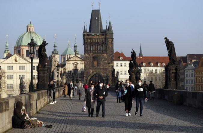 Česko zaviedlo prísne obmedzenia proti COVID-19, zakázalo pohyb medzi okresmi