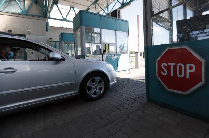Maďarsko predĺžilo kontroly na hraniciach, karanténu sledujú cez aplikáciu
