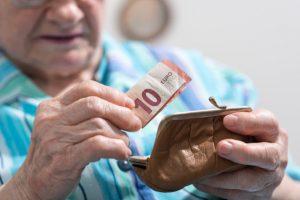 Dôchodkyňa naletela na telefonát o zranenom synovi, prišla o celoživotné úspory