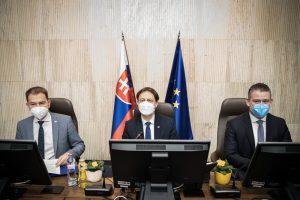 Aktualizované (piatok): Vláda dnes schválila prelomové výnimky z vychádzania a zmiernenie opatrení!