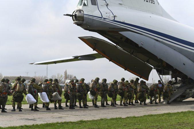 Rusko odpískalo vojenské cvičenia na Ukrajine, zbrane si však ponechá v blízkosti hraníc