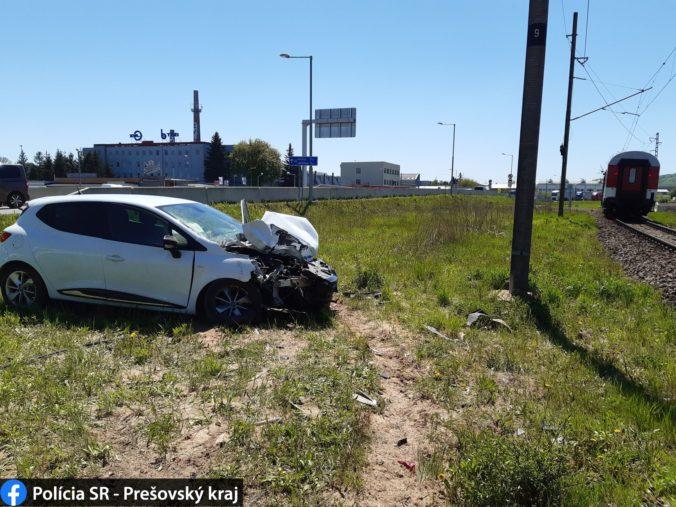 Osobné auto sa v Prešove zrazilo s vlakom, vodiča previezli ihneď do nemocnice (foto)
