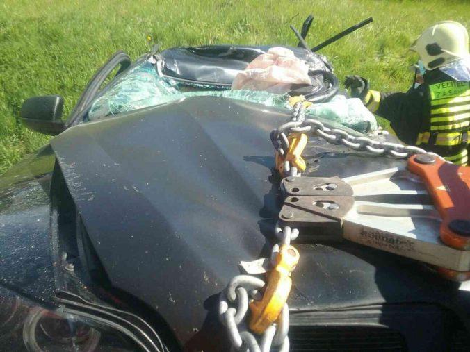 Vo Zvolene sa zrazilo osobné auto s kamiónom, štátnu cestu I/16 uzatvorili v oboch smeroch (foto)