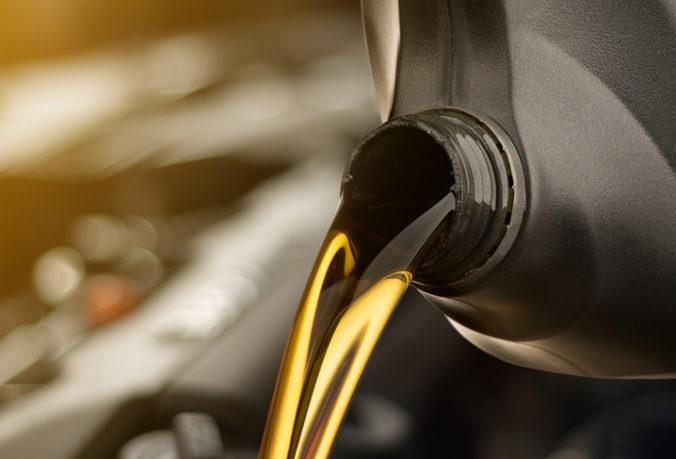 Zlodej kradol naftu z pracovných strojov, do kanistrov si odčerpal vyše 500 litrov