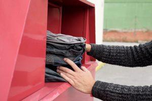 Mladí zlodeji kradli oblečenie z kontajnera v Kežmarku, hrozí im až dvojročné väzenie