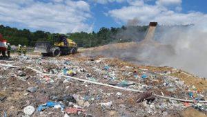 V Kalnej nad Hronom horí skládka odpadu, pri požiari zasahujú desiatky hasičov (foto)