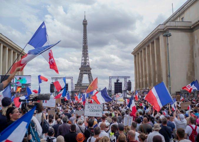 Francúzi opäť protestujú proti pandemickým opatreniam, nahneval ich návrh certifikátov o zdravotnom stave (video)