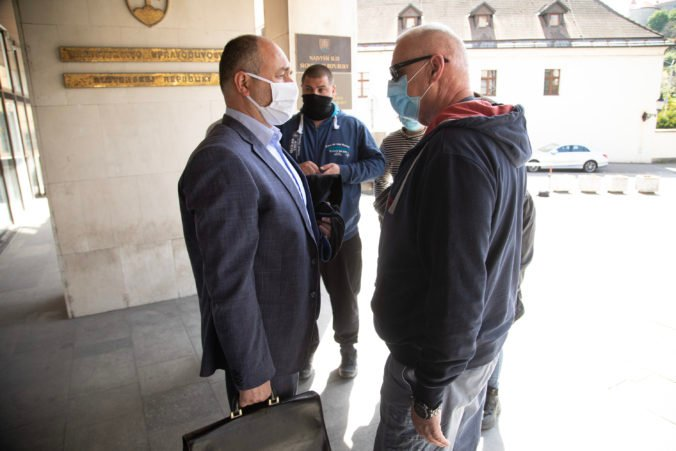 Hrobár z gangu sátorovcov sa postaví v auguste opäť pred súd, pokračovať bude aj proces so starostom Dolného Chotára