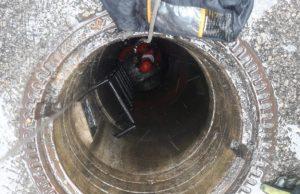 Pri oprave kanalizácie prišiel o život mladý muž, prázdnu žumpu zaliali po poruche potrubia splašky