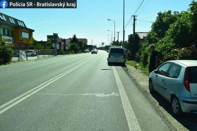 Policajti hľadajú svedkov nehody v Bratislave, neznámy vodič zrazil chodca (foto)