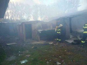 Hasiči zasahovali pri požiari stavby v Liptovskom Mikuláši, tragédiu neprežili dve maloleté osoby (foto)