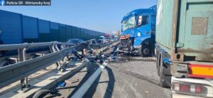 Dopravu na rýchlostnej ceste R1 ochromila havária kamiónu, nákladiak narazil do vozidla cestárov (foto)