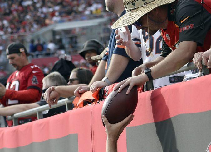 Fanúšik vrátil Bradymu loptu z jubilejnej prihrávky na touchdown, dostal bohatú odmenu (video)