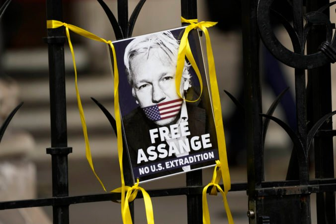 Spojené štáty sa pred súdom opäť snažia dosiahnuť vydanie Juliana Assangea, hrozí mu 175 rokov väzenia